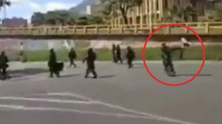 Ofrecen recompensa por manifestante que lanzó una 'patada voladora' a un miembro del Esmad